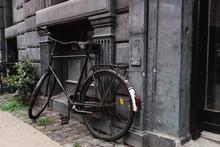 Sehr Altes Schwarzes Fahrrad Lehnt An Schöner Alter Hauswand