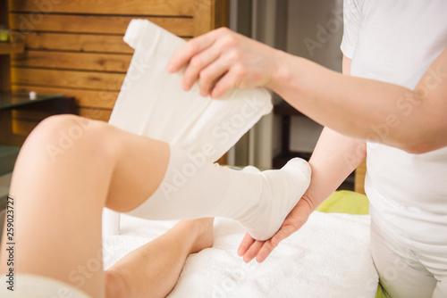 Fotografía  Anti-cellulite wraps procedure for legs in a spa center