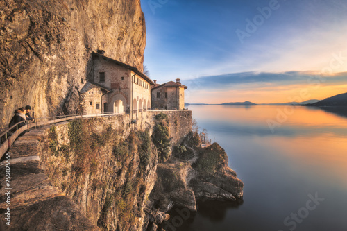 Spoed Foto op Canvas Oude gebouw Hermitage of Santa Caterina del Sasso, Lake Maggiore, Lombardy, Italy