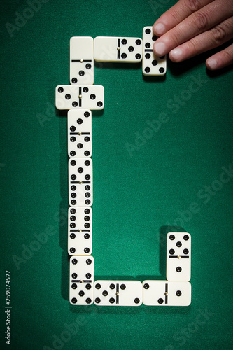 Photo Businessman playing with dominoes
