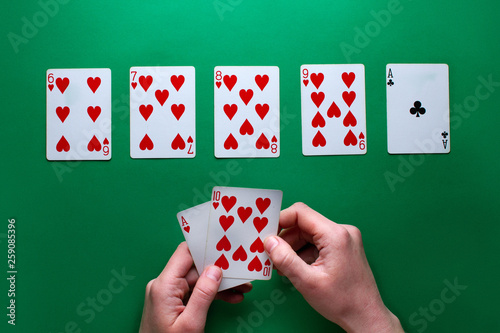 Fotografía  Player at the table playing and showing cards at poker game