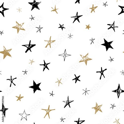 Wzór z czarno -złota ręcznie rysowane wektor gwiazd w stylu doodle na białym tle.