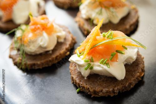 Spoed Foto op Canvas Voorgerecht Canapès con crema di formaggio e salmone affumicato