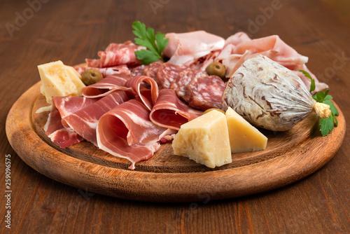 Fotografia, Obraz  Tagliere con prosciutto crudo, salame e formaggio italiano