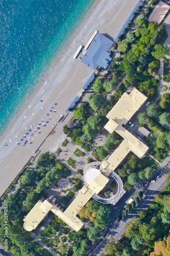 Photo Top-down view beautiful hotels by the sea in a green forest (aerial photo from a