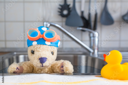 Fotografia Home Swimming Lesson / Kitchen stainless steel sink as swimming pool, cute toy t