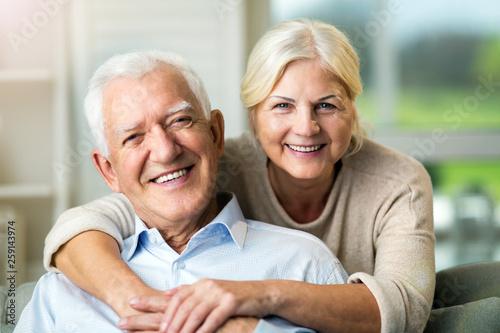 Obraz Happy senior couple at home - fototapety do salonu
