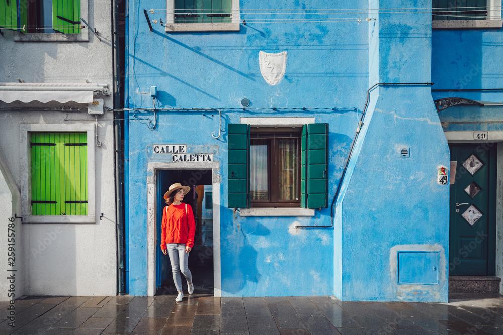 Fotografía  Attractive girl in a red sweater in Burano