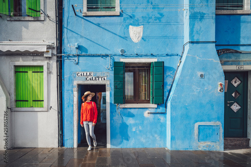Fotomural  Attractive girl in a red sweater in Burano