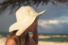 Mujer Con Sombrero Mirando La ...