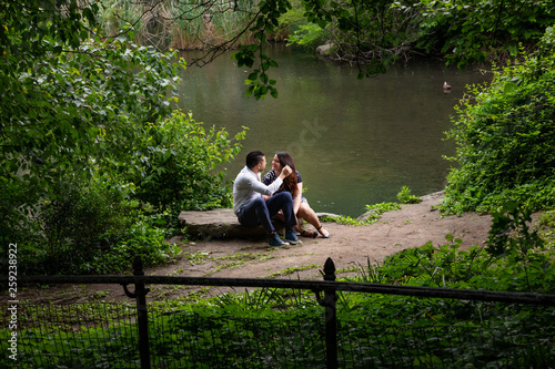 Young Man And Woman Romantic Couple Hug and Kiss In Central Park, New York City Fototapet
