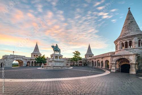 Montage in der Fensternische Budapest Fisherman' Bastion and the Square of Holy Trinity in Budapest , Hungary early in the morning at sunrise
