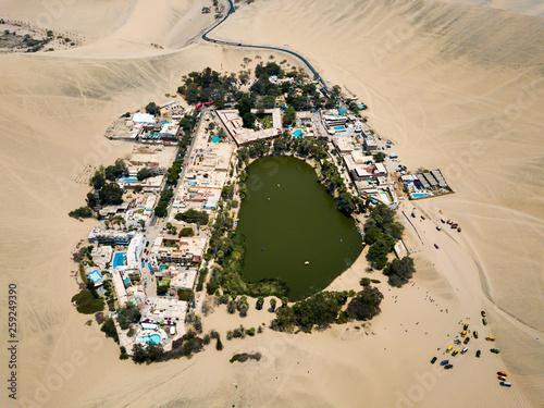 Foto Desert oasis aerial landscape