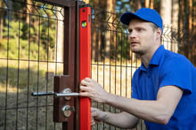 Fence Construction - Worker Ch...