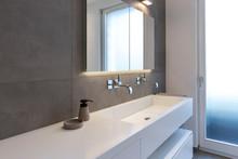 Modernes Badezimmer Mit Geraden Linien Und Großen Fliesen