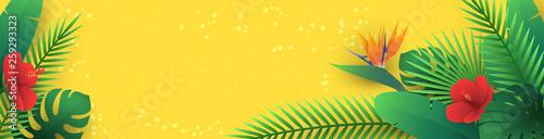 Wektor poziomy baner z tropikalnych liści i kwiatów w stylu cięcia papieru (hibiskus, strelitzia, palmy, liść banana, monstera) na żółtym tle. Egzotyczny kwiatowy wzór origami do biuletynu podróżniczego