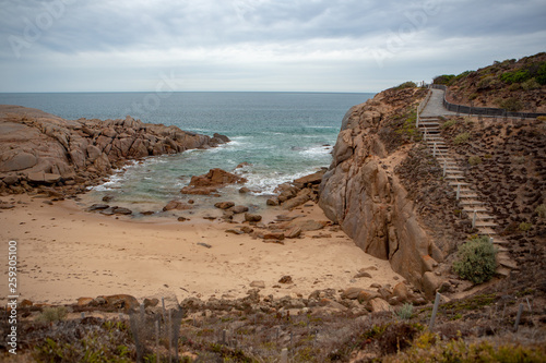 Photo  Rocky bay on an overcast day at port elliot on the fleurieu peninsula south aust