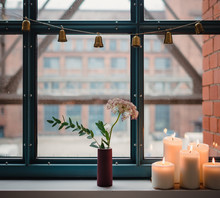 Kerzen Im Fenter Mit Weihnachtlicher Dekoration Und Blumen