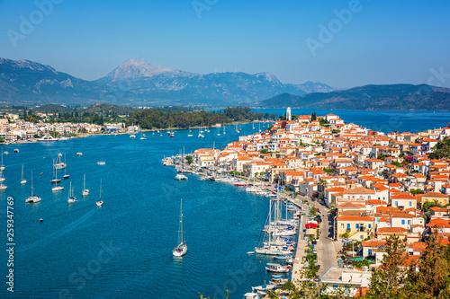Greckie miasto Poros w słoneczny dzień, Grecja