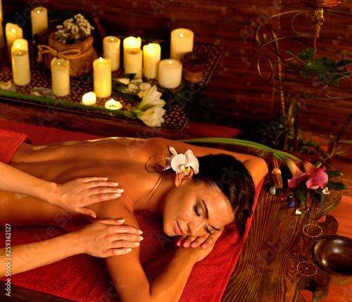 Fotografia Massage and aromatherapy of woman in oriental renovation