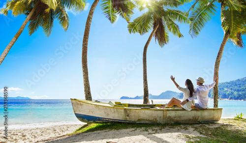 mata magnetyczna Happy Couple Relaxing on the Ocean. Seychelles island