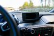 Armaturenbrett moderner PKW - KFZ auf der Autobahn - Geschwindigkeitsbegrenzung