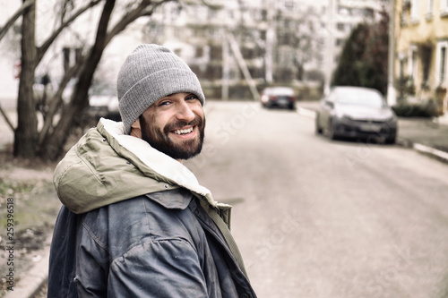 Fotografia Poor homeless man standing on city street