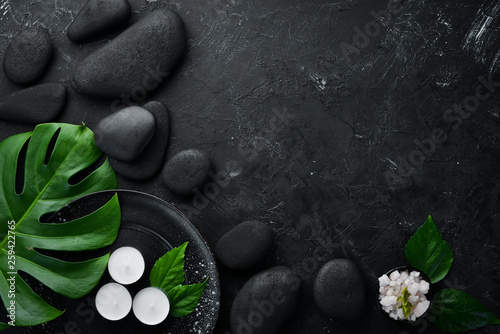 In de dag Spa Zen stones and leaves with water drops. Spa background with spa accessories on a dark background. Top view. Free space for your text.