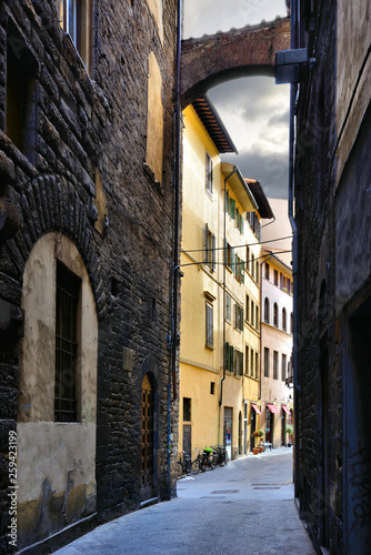 Obraz na plátně  Street with arch in the historic Old Town of Florence, Tuscany, Italy