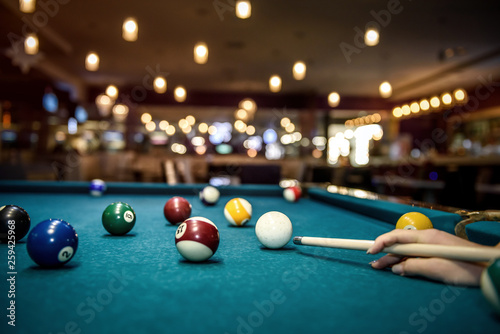 Tela Selective focus at billiard ball on blue table
