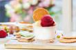 canvas print picture - Hausgemachte leckere vanille und erdbeere eis mit frischen erdbeeren