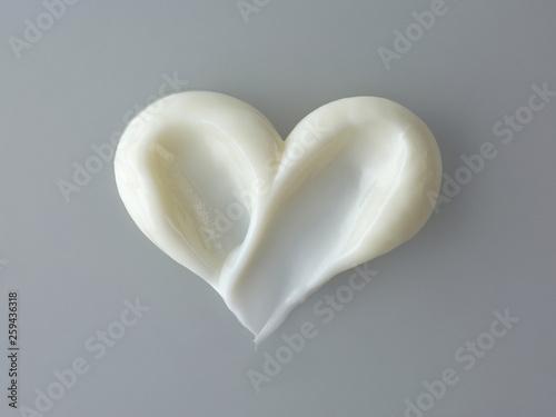 Obraz na plátně  heart shape cosmetic cream