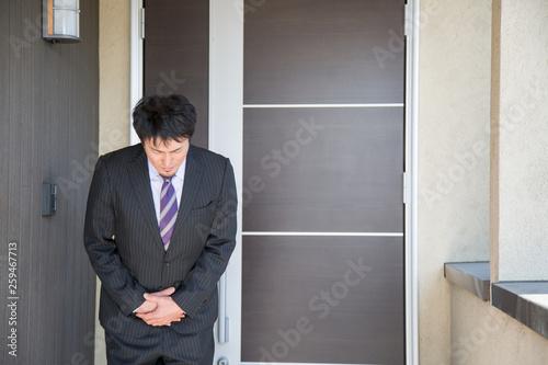 Fotografie, Obraz  玄関前に立つビジネスマン