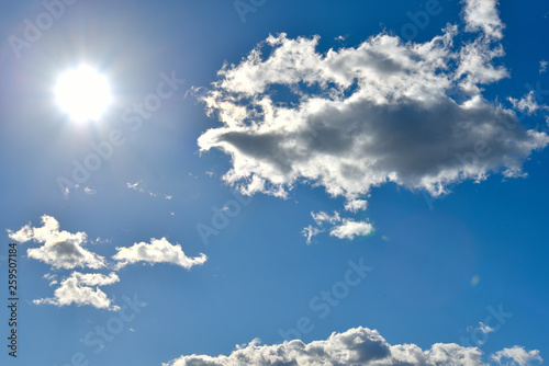 Fotografia  Beautiful blue sunny sky with some white little clouds