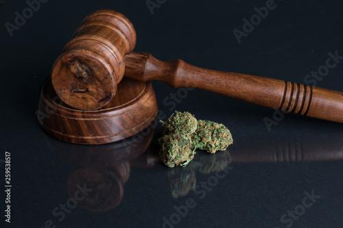 Photo  Cannabis und Richterhammer grauer Untergrund
