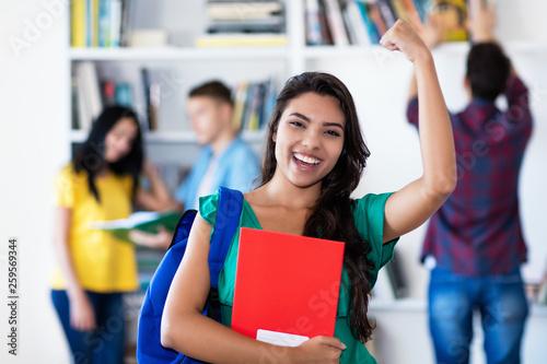 Photo Erfolgreiche Studentin jubelt nach Prüfung