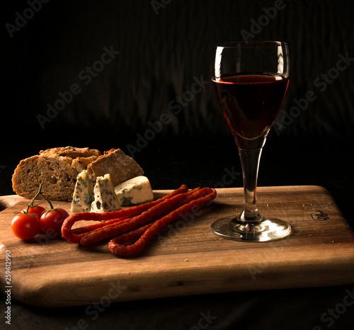 Obraz Wino czerwone i przystawki - fototapety do salonu
