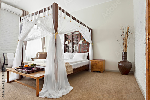 Fotografia Luxurious modern bedroom interior with canopy bed