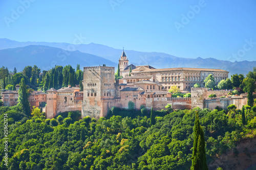Photo sur Aluminium Monument Amazing view of Alhambra palace complex in Granada, Spain taken on a sunny day. UNESCO World Heritage Site, significant sample of Islamic architecture and one of Spain's major tourist attractions.