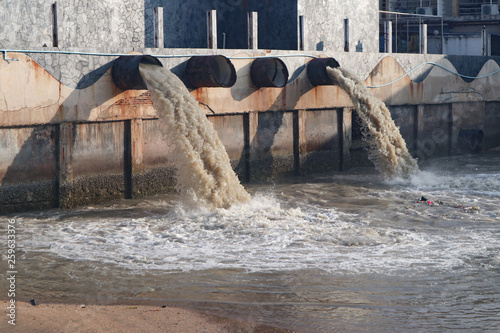 Foto Industrial and factory waste water discharge pipe into the canal and sea, dirty
