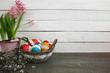 Wielkanocne tło - hiacynt, kolorowe pisanki w koszyku
