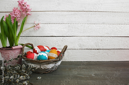 Fototapeta  Wielkanocne tło - hiacynt, kolorowe pisanki w koszyku obraz