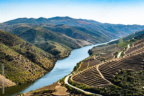 Poster Blauwe hemel River Douro next to the mouth of the river Coa
