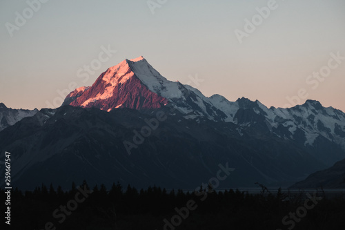 Foto  Amazing dusk scene at Mount Cook National Park, New Zealand.