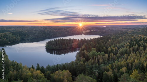 Fotografia Scenic landscape with lake and sunset at evening in Aulanko, nature reserve, Fin