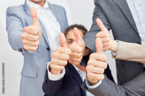 Photo Geschäftsleute halten die Daumen hoch