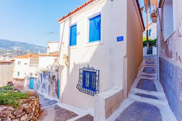 Piękna ulica w starym Greece miasteczku, Crete wyspa, Grecja. Letni krajobraz