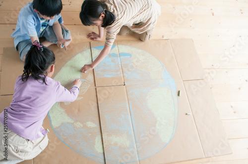 Fotografia  段ボールに地球の絵を描く子供たち