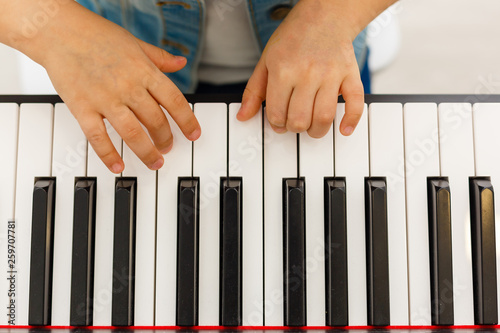 Fotografia  Close-up of a music performer's hand playing the piano