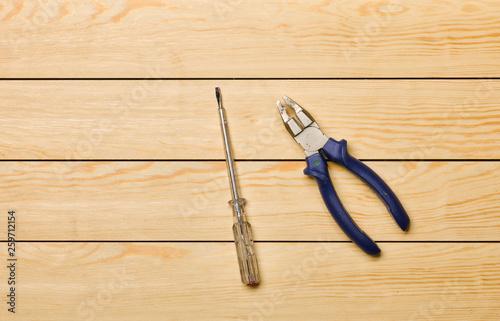 Photo Herramientas sobre fondo de madera